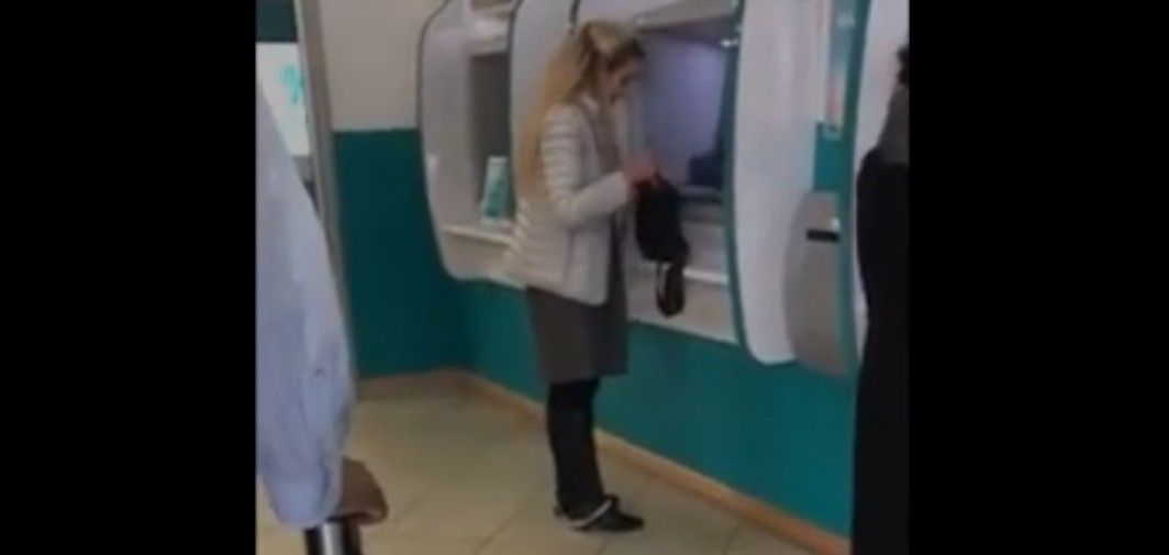 Γυναίκα πιάστηκε με τα εσώρουχο της κάτω μέσα σε ATM- VIDEO