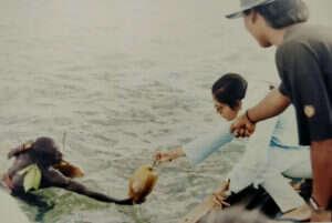 isolated tribe sentinel island andaman madhumala chattopadhyay india 5c0e426c151eb  700 300x201 - 27 χρόνια πριν Μια γυναίκα επικοινώνησε με την φυλή που σκότωσε τον John Chau και η συνάντησή της ήταν εντελώς διαφορετική