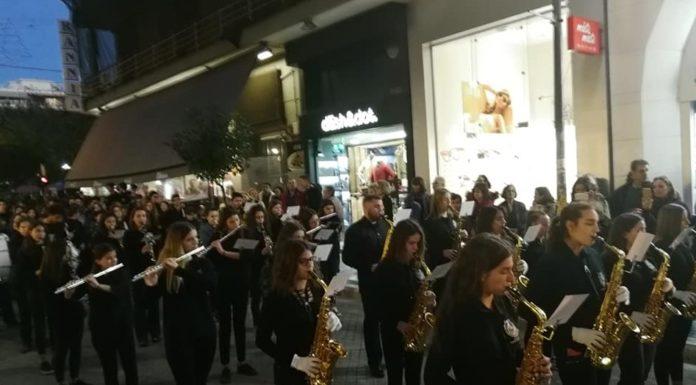 Χριστουγεννιάτικες μελωδίες από το Μουσικό Σχολείο Πειραιά στην πλατεία Δαβάκη Νίκαιας