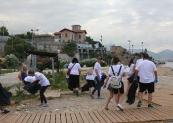 Πειραιάς: Καθαρισμός στα Βοτσαλάκια από εθελοντές της «KFC»