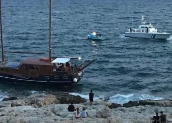 Πειραιάς: Ιστιοφόρο προσάραξε στα βράχια της Πειραϊκής-photo