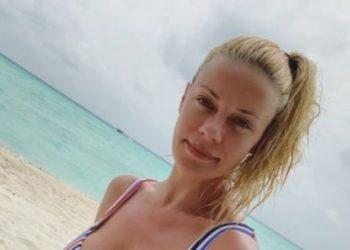 Ζέτα Μακρυπούλια: Η πόζα της στην παραλία με τιρκουάζ μπικίνι που θα συζητηθεί! Κορμάρα
