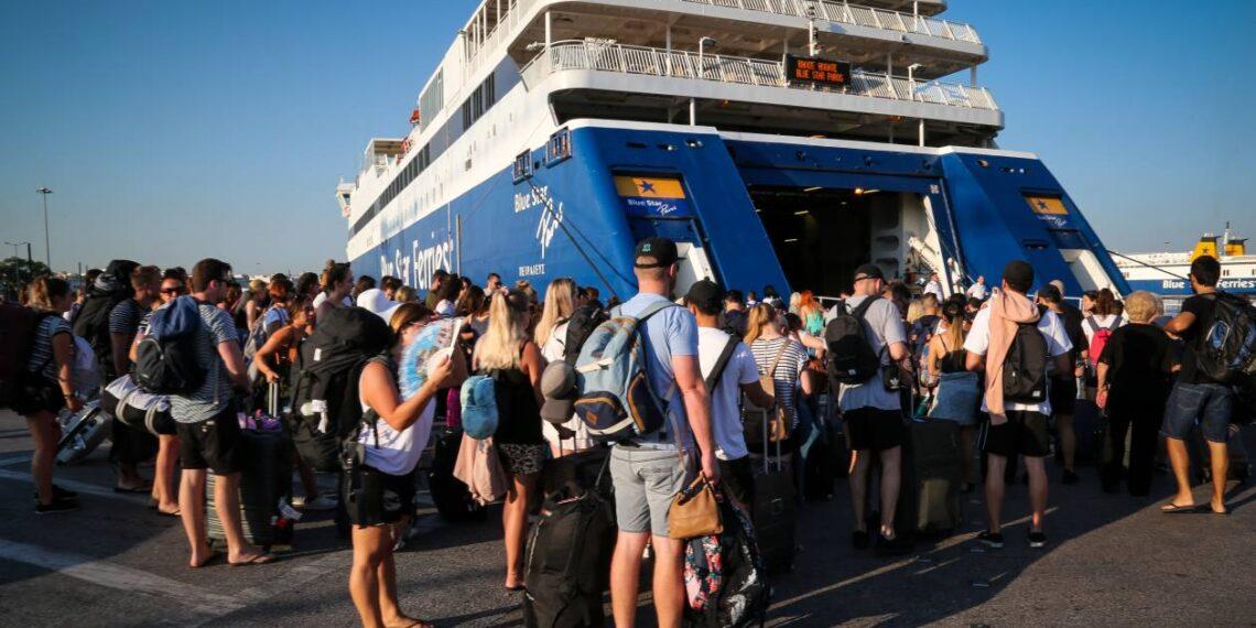 Πειραιάς: Ουρές σχηματίζουν οι αδειούχοι του δεύτερου κύματος του καλοκαιριού-Αυξημένη κίνηση στο λιμάνι