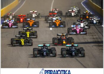 epa08700980 British Formula One driver Lewis Hamilton (front L) of Mercedes-AMG Petronas and his Finnish teammate Valtteri Bottas (front R) lead the pack during the start of the Formula One Grand Prix of Russia at the race track in Sochi, Russia, 27 September 2020.  EPA/Bryn Lennon / Pool